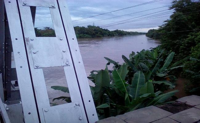 Ketinggian air sungai Bengawan Solo terlihat dari Jembatan Bacem - foto: Djoko Judiantoro/Koranjuri.com