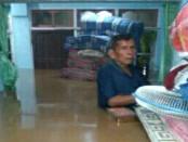 Banjir setinggi pinggang orang dewasa merendam pemukiman warga disejumlah desa di wilayah Purworejo saat hujan lebat yang terjadi Sabtu, 18 Juni 2016 - foto: Sujono/Koranjuri.com