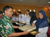 Pemberian hadiah dan sertifikat bagi para peserta dengan nilai terbaik oleh Drs Sutrisno, MSi, pada penutupan pelatihan berbasis kompetensi di LLK Cangkrep, Rabu (29/6) - foto: Sujono/Koranjuri.com