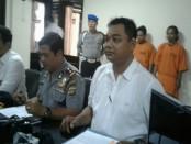 Kedua pelaku penjarah barang elektronik akhirnya berhasil ditangkap tim buser Polsek Kuta Utara - foto: Suyanto/Korajuri.com