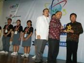 Kepala SMA Negeri 1 Denpasar menerima piala Hasri Ainun Habibie dalam  Olimpiade Online Nasional 2016. Penghargaan tersebut diserahkan langsung oleh Ilham Habibie yang merupakan putra BJ. Habibie - foto: ist/Koranjuri.com