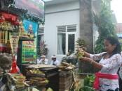 Umat Hindu di Bali melakukan persembahyangan memperingati Hari Saraswati, 25 Juni 2016 - foto: Koranjuri.com