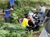 Mobil SUV yang terperosok di belakang Taman Balekambang, Tawangmangu, Jawa Tengah, saat melakukan perjalanan mudik - foto: ist