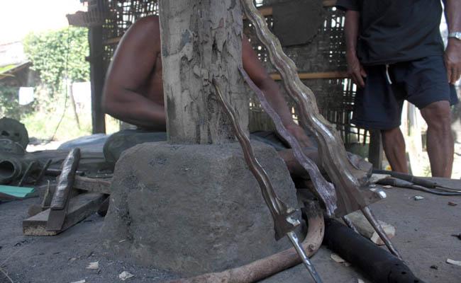 Bakalan keris berbahan besi yang belum dilakukan finishing - foto: Koranjuri.com