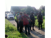 Aparat menjaga ketat penggeledahan rumah milik terduga teroris yang terkait  kasus bom bunih diri di Polresta Solo - foto: ist