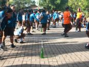 Sejumlah siswa mengikuti lomba memasukkan paku ke dalam botol saat rangkaian kegiatan HUT ke-51 SMP Negeri 2 Sukawati,- foto: Koranjuri.com
