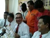 Pelaku pengecer narkoba jenis sabu-sabu yang ditangkap Direktorat Narkoba Polda Bali dengan jumlah total 217 paket dan berat total 114 gram - foto: Suyanto/Koranjuri.com