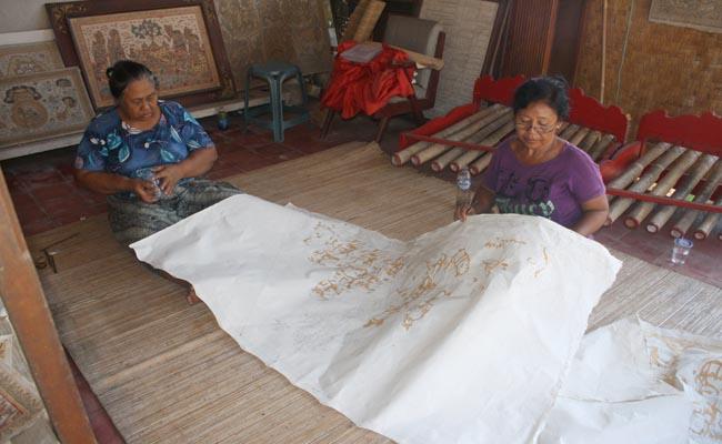 Lukisan wayang di Desa Kamasan, Klungkung, Bali, merupakan kerajinan seni sekaligus menjadi seni kerajinan yang berorientasi kepada industri. Karena ada beberapa orang yang berperan membuat sketsa, kemudian diwarnai oleh orang lain yang kerjanya bersifat kolektif - foto: Koranjuri.com