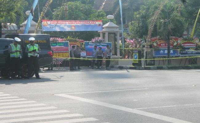 Akses pintu masuk Mapolresta Surakarta dipasang garis polisi - foto: Djoko Judiantoro/Koranjuri.com