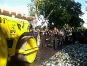 Pemusnahan ribuan botol miras ilegal dari berbagai merek hasil operasi yang dilakukan jajaran Polda Bali - foto: Suyanto/Koranjuri.com