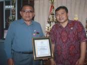 Kepala SMA Negeri 1 Tabanan, I Wayan Samba (kiri) bersama Wakasek Kurikulum, Ari Wirawan - foto: Koranjuri.com