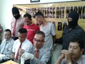 Dua tersangka pengedar dan pengguna narkoba yang ditangkap. Kedua tersangka itu disebut-sebut sebagai pintu masuk Polda Bali membongkar jaringan pengedar narkoba yang melibatkan napi LP Kerobokan - foto: Suyanto/Koranjuri.com