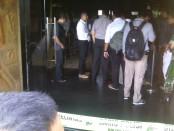 Petugas Kepolisian Resort Kota Denpasar dan Polsek Kuta melakukan olah TKP di klab malam Pyramid - foto: Koranjuri.com