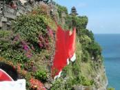 Bendera merah putih sepanjang 71 meter terbentang di tebing karang Pura Uluwatu - foto: Suyanto/Koranjuri.com