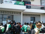 Ratusan pengemudiojek online mendatangi kantor manajemen di kawasan Teuku Umar Denpasar - foto: Suyanto/Koranjuri.com