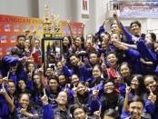 Tim Marching Band Suara SMANSA Manggala Dara (MBSSMD) mengangkat trophy juara Umum I kompetisi Langgam Indonesia XXIX 2016 - foto: istimewa