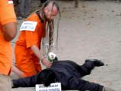 Rekonstruksi kasus pembunuhan terhadap Aipda I Wayan Sudarsa oelh tersangka David James Taylor di Pantai Kuta, Bali. Rekonstruksi ini dilaksanakan Rabu, 31 Agustus 2016 yang dimulai sekitar pukul 04.30 wita - foto: Suyanto/Koranjuri.com