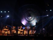 HUT ke-10 SMA Negeri 8 Denpasar di areal Gong Perdamaian, Desa Wisata Kertalangu, Denpasar. Acara yang berlangsung pada Jumat, 26 Agustus 2016 itu dijadikan wahana menuangkan ekspresi seni para siswa - foto: Koranjuri.com