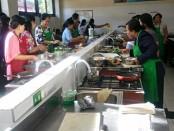 Kegiatan di SMK PGRI 3 Denpasar. Untuk menjadi sekolah rujukan dibutuhkan sejumlah persyaratan diantaranya, melakukan pembinaan terhadap sekolah-sekolah dibawahnya. Termasuk melakukan kegiatan dalam bentuk pengabdian sosial untuk masyarakat di sekitar sekolah - foto: Istimewa