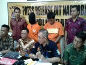 Dua pelaku pemilik narkotika jenis sabu yang dikirim dari Jawa Timur ke Bali dengan modus menyimpan di dalam kemasan makanan anak-anak - foto: Suyanto/Koranjuri.com