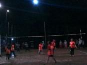 Suasana pertandingan final voli antar RW di Desa Sumbersari, Banyuurip, Purworejo , dalam rangka memeriahkan HUT ke-71 RI - foto: Sujono/Koranjuri.com