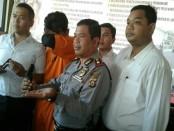 Pelaku penembakan digelandang di Polsek Kuta - foto: Suyanto