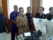 Petugas Bea Cukai Bali NTB dan NTT mengamankan ribuan karung ammonium nitrat dari KM Alam Indah yang berlayar dari Malaysia menuju Selayar - foto: Suyanto/Koranjuri.com