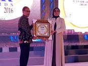 Direktur BPR Bank Purworejo, Wahyu Argono Irawanto, SE, MM saat menerima penghargaan The Golden Award BPR 2016  - foto: Sujono/Koranjuri.com