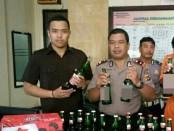 Pelaku dengan belasan botol bir diamankan di Polsek Kuta - foto: Istimewa