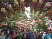 Festival Payung Indonesia ke-3 yang diadakan di Taman Balekambang, Solo - foto: Agus Prastio/Koranjuri.com