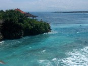 Hamparan pantai terlihat dari atas tebing di Nusa Ceningan - foto: Koranjuri.com