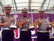 Kasatlantas Polres Kebumen, AKP Aditia Mulya Ramdhani, SIK (tengah), saat menerima penghargaan juara 2 pos cek point Operasi Ramadnia 2016 di Jakarta, Kamis (22/9) – foto: Sujono/Koranjuri.com