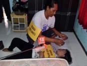 Salah satu adegan dalam rekonstruksi kasus pembunuhan seorang istri dengan pelaku suaminya sendiri di Denpasar Barat - foto: Istimewa