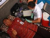 Rektor IKIP PGRI Bali, Dr. I Made Suarta, SH., M.Hum, melakukan aksi sosial sumbang darah di Kampus IKIP PGRI Bali, Denpasar, Senin, 26 September 2016 - foto: Wahyu Siswadi/Koranjuri.com
