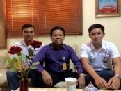 Kepala SMAN 1 Denpasar, I Nyoman Purnajaya bersama perenang Seleknas Sea Age 2016, aron Roy dan Caeleb Febrizio Sudarsono - foto: Istimewa