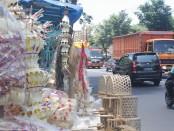 Lapak-lapak penjual asesoris penjor di sepanjang jalan Bypass Kediri - foto: Koranjuri.com