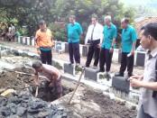Dirut PDAM Purworejo, Hermawan Wahyu Utomo, ST, saat meninjau perbaikan jaringan yang bocor - foto: Sujono/Koranjuri.com