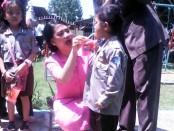 Ketua Bhayangkari Purworejo, Rani Satrio Wibowo, saat memberikan bimbingan cara menyikat gigi yang baik dan benar pada siswa TK Kemala Bhayangkari 83 Purworejo, Sabtu (15/10) – foto: Sujono/Koranjuri.com