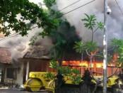 Api yang membakar gudang milik Kantor Dinas PU Kota Denpasar, Jumat, 14 Oktober 2016 - foto: Istimewa