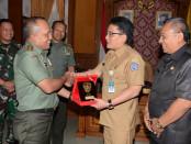 Penyerahan cinderamata saat Kunjungan Pangdam IX/Udayana ke Puspem Badung yang diakhiri dengan penyerahan cinderamata serta foto bersama – foto: Istimewa