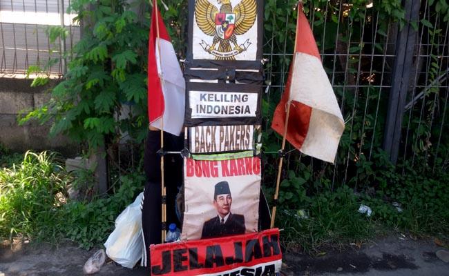 Jelajah Indonesia dengan berjalan yang dilakukan pria asal Semarang, Jawa Tengah bernama Harsono - foto: Wahyu Siswadi/Koranjuri.com