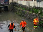 Pencarian korban bocah terseret arus kali Sonto, Kampung Jagalan, Solo, Jawa Tengah masih dilakukan oleh relawan Tagana Surakarta, Sabtu 1 Oktober 2016 - foto: Istimewa