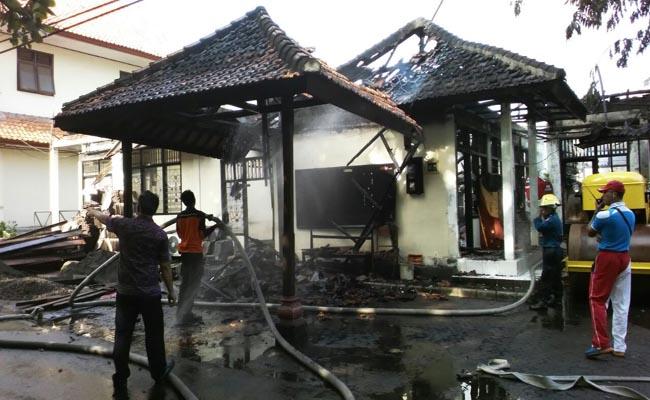 Puing-puing reruntuhan gudang milik kantor Dinas PU Kota Denpasar yang terbakar tadi pagi, 14 Oktober 2016 - foto: Istimewa