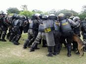 Simulasi penanganan aksi massa oleh anggota Polda Bali menjelang Sidang Umum Interpol Ke-85 di Nusa Dua Bali - foto: Suyanto
