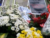 Setumpuk karangan  bunga yang dibawa peziarah saat meperingati satu dekade Bom Bali I, 12 Oktober 2012 silam - foto: Koranjuri.com