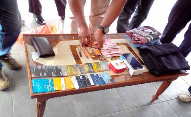 Sejumlah kartu ATM dan barang bukti lainnya yang disita dari tersangka - foto: Sujono/Koranjuri.com