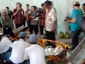 Praktek pembuatan gula semut oleh siswa SMK N 1 Purworejo – foto: Sujono/Koranjuri.com