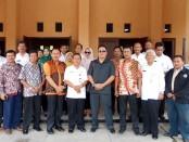 Tim Komisi D DPRD Kabupaten Kediri, bersama jajaran Dinsosnakertrans Kabupaten Purworejo berfoto bersama usai kunjungan kerja - foto: Sujono/Koranjuri.com