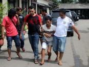 Tersangka Sutomo, pelaku pembunuhan terhadap janda Turmiyati, terpaksa didor kakinya – foto: Sujono/Koranjuri.com
