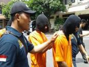 Tiga pelaku ranmor dibekuk Unit II Jatanras Polda Bali ketika akan menjual onderdil sepeda motor yang sudah dikanibal - foto: Suyanto/Koranjuri.com
